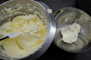 12) 4-5 EL der Swiss Meringue Buttercreme in eine andere Schüssel geben