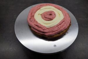 17) Abwechselnd die Buttercreme mit einem Spriztbeutel auftragen