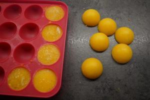 12) Nun die Fruchtfüllung aus der Form nehmen