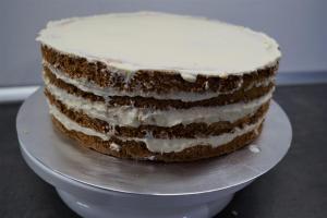 19) Die andere Hälfte der Creme zum einstreichen der Torte verwenden