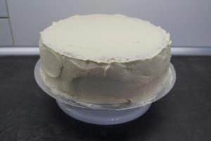 20) Die Seiten ruhig 0,5 - 1,0 cm dick mit der Creme bestreichen und etwas glätten