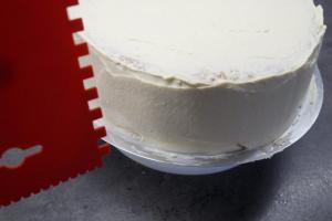21) Ein Zahn-Spachtel gerade am Rand der Torte anbringen