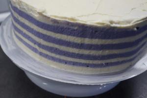 25) ... alles glatt streichen. Überschüssige Creme in eine Schüssel füllen und ggf. einfärben