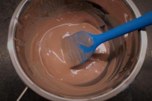 26) 2/3 der Ruby Schokolade schmelzen.  1/3 hinzugeben und so lange rühren bis alles geschmolzen ist