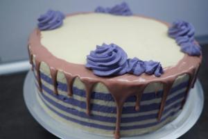 27) Ruby Schokolade am Rand der Torte anbringen