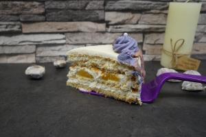 30) Angschnittenes Stück Torte