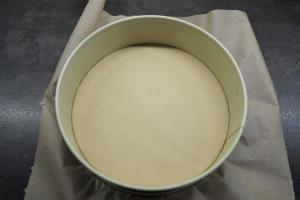 3) Eine Springform mit Backpapier auslegen. Danach den Boden ...