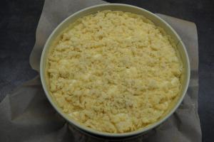 9) Die Streusel auf dem Kuchen verteilen und im Backofen ca. 70 Min. backen