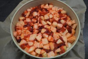 7) Die Früchte auf dem Teig verteilen und danach die Streusel darüber streuen