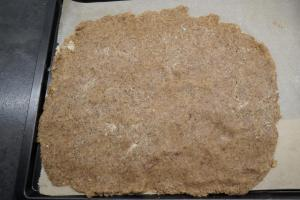 1) Den Teig zubereiten und auf einem Backpapier ausrollen