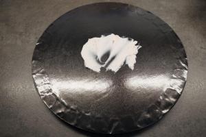 17) Etwas Füllung auf ein Cakeboard streichen. Dann den ersten ...