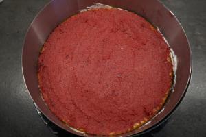 21) Erneut die Kirsch-Marzipan Creme auftragen und ...