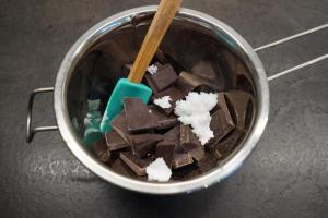8) Zuckerfreie Schokolade und Kokosöl über einem heißen Wasserbad...