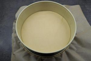 1) Backofen vorheizen und Springform mit Backpapier auslegen