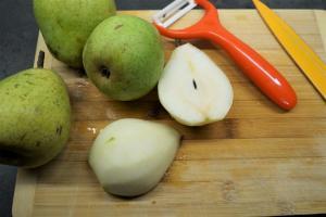 7) Birnen waschen, schälen, Kerngehäuse entfernen und in...