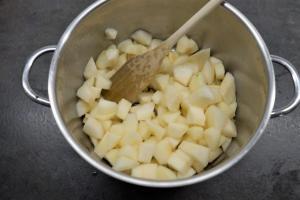 8) ... Stücke schneiden. Zusammen mit dem Wasser in den Topf geben