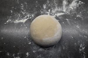 2) Den Teig anschließend rundwirken und dann mit der runden Seite ...