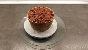13) Den zerbröselten Teig auf dem Kuchen verteilen