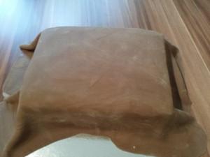 7) Wenn die Ganache erkaltet ist die Torte mit Fondant eindecken und dekorieren