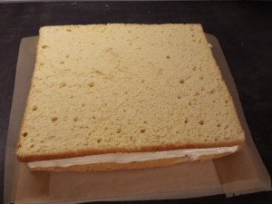 13) Den zweiten Boden auflegen und wieder einen Buttercreme-Rand formen und die restliche Creme verteilen