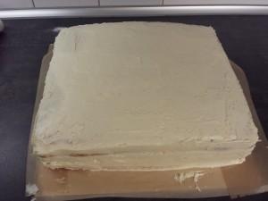 15) Die Torte mindestens 2x mit Buttercreme einstreichen und glätten