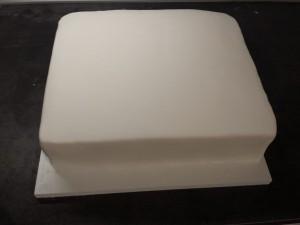 16) Weißen Fondant ausrollen auf die Torte geben