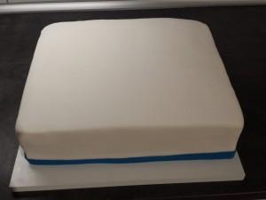 17) Einen blauen Rand aus Fondant um die gesamte Torte anbringen