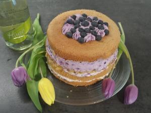 9) und ein Muster spritzen. Torte mit Heidelbeeren verzieren.