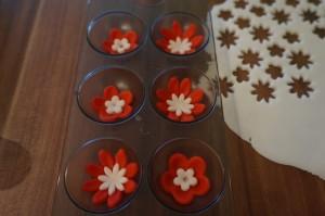 11) Weiße kleinere Blüten mit Zuckerkleber befestigen