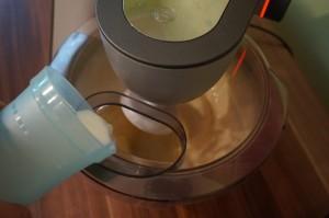 7) Milch/ andere Flüssigkeit hinzugeben
