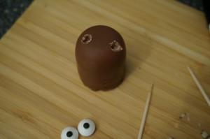 14) Zuerst Löcher mit einem Zahnstocher vorsichtig in den Dickmann stechen
