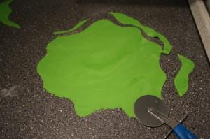 12) Grünen Fondant als Wiese zuschneiden