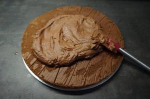 4) Darauf die Hälfte der Schokoladencreme geben