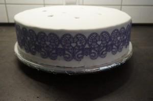 34) Danach vorsichtig lösen und mit Zuckerkleber auf die Torte geben