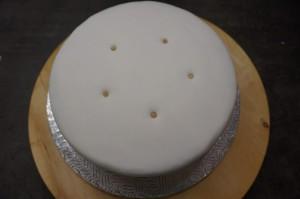14) Stützen zuschneiden und in den Kuchen stecken