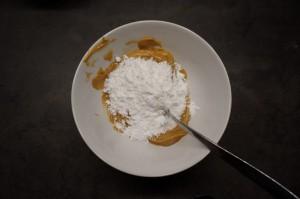 3) Puderzucker und Erdnussbutter mischen