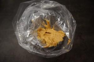 6) Die Erdnussbuttercreme in einen Spriztbeutel füllen