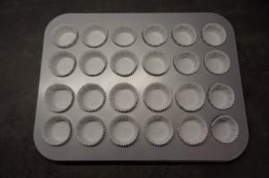 1) Mini Muffinblech mit Muffinförmchen auslegen