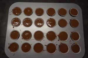 8) Die Erdnussbuttercreme mit geschmolzener Schokolade überdecken und wieder kühl stellen