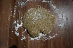 5) Weitere Mandeln und Haselnüsse zugeben, bis der Teig kaum noch klebt