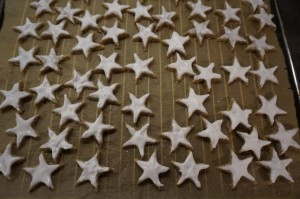 8) Sterne mit der Eiweißcreme bestreichen