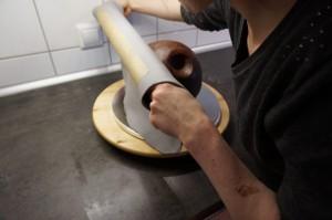 10) Fondant über die Torte stülpen