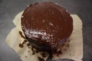 11) Nach dem Kühlen die Torte mindestens 2 Mal mit der Ganache bestreichen und glätten