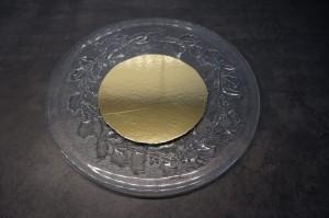 7) Ein dünnes Cakeboard auf die Größe der Springform zuschneiden
