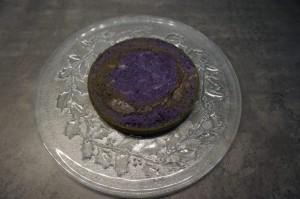 9) Den untersten (violetten) Boden darauf andrücken