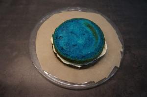 10) Ganache auf dem violetten Boden verteilen und den blauen Boden darauf legen