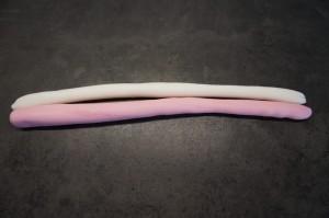 19) Für das Horn 2 ca. 1cm dicke Würstchen formen und um 2 Holzspieße wickeln. Horn formen