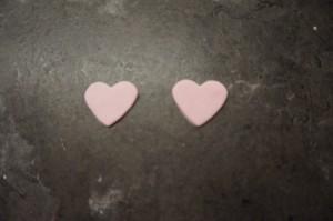 20) 2 kleine rosafarbe Herzen ausstechen