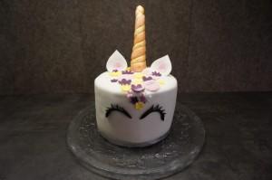 24) Danach kann die Torte mit der Dekoration beklebt werden bis ein Einhorn enstanden ist