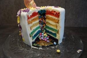27) Die Einhorn-Rainbow-Surprise-Cake Torte von Innen.